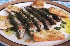 Sardines zijn ideaal om te grillen op de barbecue, en bovendien erg budgetvriendelijk. Zet het tuinhek maar al open, want wedden dat je buren toevallig eens langskomen zodra je de gemarineerde visjes op de barbecue gelegd hebt? Zeker met een paar verse lookbroodjes erbij.