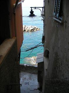 Riomaggiore alle Cinque Terre: patrimonio dell'Unesco! >>> Scopri qui come andarci con le nostre offerte alberghiere e dichiarare amore spendendo il giusto.
