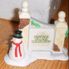 Dept 56 Heritage Village Sign With Snowman Retired 94 in original box Dickens