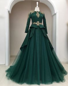 Robe que Saya pourrait porter Gown Party Wear, Party Wear Indian Dresses, Indian Wedding Gowns, Designer Party Wear Dresses, Indian Gowns Dresses, Indian Fashion Dresses, Dress Indian Style, Pakistani Dresses, Gown Wedding