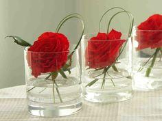 Noutopöytä katetaan koreaksi kodin juhlaan. Buffetpöydän somistamiseen voi käyttää kransseja, koristekiviä, kynttilöitä ja vaikkapa lasipurkkeja.