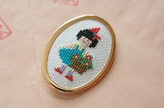 Brosa Elisa (30 LEI la kittenhood.breslo.ro) Embroidery Jewelry, Needlework, Cufflinks, Cross Stitch, Crafty, Pendant, Fabric, Handmade, Accessories