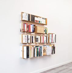 Floating books – that is what makes the shelf b so unique.
