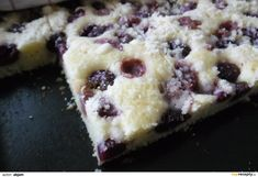 Suroviny smíchat, těsto nalít na pekáč, posypat vypeckovanými třešněmi a drobenkou