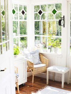 love the windows Scandinavian Cottage, Modern Cottage, Cottage Living, Cottage Style, Cosy House, Home Porch, Yellow Houses, Swedish House, Small Space Living