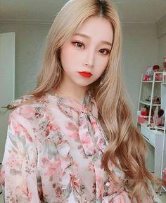updo hairstyles with headband Brides Pretty Korean Girls, Cute Korean Girl, Pretty Asian, Beautiful Asian Girls, Uzzlang Girl, Korean Makeup Look, Korean Beauty, Natural Hair Styles For Black Women, Ulzzang Korean Girl