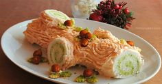 Il tronchetto salato è un antipasto da inserire nel menu di Natale. La crema al salmone e il burro ai pistacchi conferiscono un gusto piacevole e sfizioso.