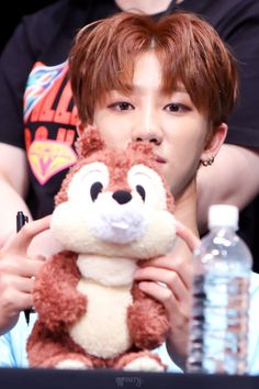 A baby with a squirrel uwu Mingyu Wonwoo, Seungkwan, Woozi, Seventeen Minghao, Vernon Hansol, Joshua Hong, Seventeen Wallpapers, 22 Years Old, Pledis Entertainment
