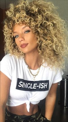 Do you like your wavy hair and do not change it for anything? But it's not always easy to put your curls in value … Need some hairstyle ideas to magnify your wavy hair? Blonde Curly Hair, Short Wavy Hair, Curly Hair Styles, Natural Hair Styles, Big Hair, Hairstyles With Bangs, Gorgeous Hair, Hair Type, Hair Trends