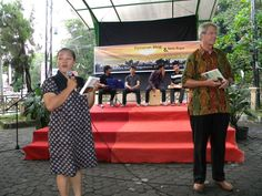 ..mba Yuli  as the MC, was calling the names of people who received the two books..