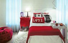 Acessórios em preto e vermelho conferem um ar feminino e bem moderninho à base branca deste projeto da arquiteta Clélia Regina Angelo. Atente ao porta-retrato roxo, uma ousadia que incrementa a paleta de cores. A cama é valorizada pelo tablado, que foi coberto com um tapete de estampa adamascada - o toque macio conforta na hora de acordar.