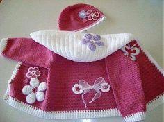 Casaco com capuz e chapéu em rosa e branco