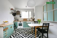 In love with this 50s style turquoise kitchen <3  Tämän kauniin talon on arkkitehti Kaj Englund suunnitellut vuonna 1952. Asunto on taidokkaasti 50-luvun henkeen- mm. kokopuiset keittiön kaapistot. Alk