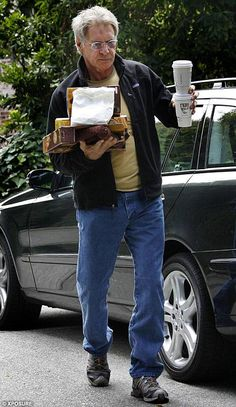 Harrison ford carrying a bunch of crap including two coffees and a purse. Henry Jones Jr, Harrison Ford Indiana Jones, Indiana Jones Films, Solo Photo, Han And Leia, Carrie Fisher, Good Looking Men, American Actors, Comedians