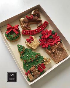 Lorena Rodríguez. Christmas cookies. Traditional. #lorenarodriguez #lorenassweets #lorenarodriguezsaenz #fondant #fondantcookies #decoratedcookies #christmascookies #poinsettia #poinsettiacookies #rockinghorsecookies #facadecookie #traincookies #fireplacecookie #mantelcookie #christmastreecookies
