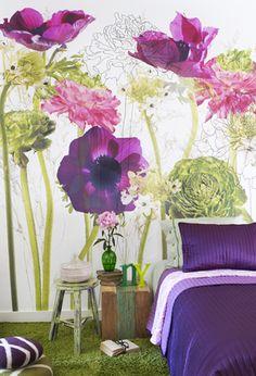 Een typische Urban Flowers wand: een combinatie van grafisch- en fotografisch ontwerp. Reuzenbloemen zorgen voor een Alice-in-Wonderland-effect.