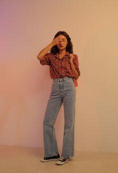 Cổ áo Quần Jeans nhạt màu, ống loe, dài qua gót, lưng cao
