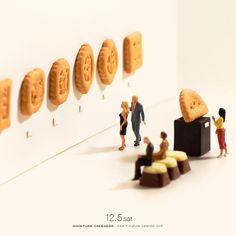 Miniature Calendar Japanese artist Tanaka Tatsuya creates miniature diorama for daily calendar since Miniature calendar depicts diorama-style toy people with household items, including food and vegetables. He updates his calendar-website daily. Toy People, People Art, Creative Photography, Art Photography, Micro Photography, Minis, Photo Macro, Miniature Calendar, Art Du Monde