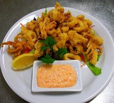 Deep-fried calamari appetizer recipe with roasted red pepper dipping sauce. Grilling Recipes, Fish Recipes, Seafood Recipes, Yummy Recipes, Dipping Sauces, Easy Appetizer Recipes, Appetizers, Deep Fried Calamari, Gastronomia