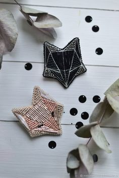 20 Handmade Bracelets For Starting Your Home Improvement – Diy Decorating Bead Embroidery Tutorial, Bead Embroidery Jewelry, Hand Embroidery Designs, Beaded Embroidery, Brooches Handmade, Handmade Beads, Handmade Bracelets, Diy Accessoires, Beaded Jewelry Designs