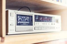 Auch ein alter CD-Player mit Kassettendeck passt noch in das Regal...#homestory #homestoryde #home #interior #design #inspiring #creative #craft #DIY #Haru