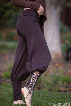 Tribal Yoga Harem Pant with lace up applique - Yoga Wear - Harem Pants Tribal Yoga Sarouel pantalon avec lacets applique par ElvenForest Yoga Harem Pants, Harem Pants Outfit, Yoga Dress, Harem Pants Style, Skirt Pants, Harem Pants Pattern, Black Harem Pants, Dance Pants, Brown Pants