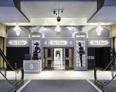 W kultowym, londyńskim sklepie Harrods otwarto wystawę poświęconą jednej z najbardziej rozpoznawalnych modowych marek – Dior. Ten rozległy projekt obejmuje kawiarnię, wystawy, witryny sklepowe oraz pop-up shop. Sprawdźcie piękno w najczystszym wydaniu na www.soPerlage.com!    http://soperlage.com/dior-w-harrodsie