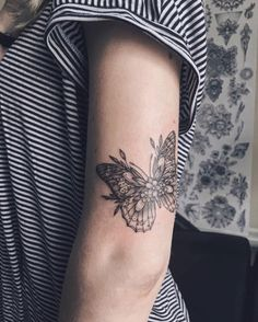 Imagen de butterfly, tattoo, and flower Imagen de Schmetterling, Tattoo und Blume Trendy Tattoos, New Tattoos, Body Art Tattoos, Small Tattoos, Sleeve Tattoos, Tattoos For Guys, Cool Tattoos, Tatoos, Piercing Tattoo