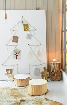 DIY chain Christmas tree on canvas (could use plywood too) as a Christmas card display or alternative Christmas tree (in Dutch - click the translate website button near the social icons to read more) Christmas Trends, Nordic Christmas, Diy Christmas Tree, Simple Christmas, Xmas Tree, Christmas Inspiration, All Things Christmas, Christmas Holidays, Minimalist Christmas