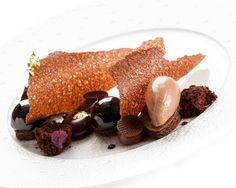 Chef Francois Daubinet : Caractère cacao : La glace et le croustillant au chocolat noir (coeur de Guanaja 80%) et piment accompagnent parfaitement les dômes de mousse au chocolat fumé, le biscuit & sponge cake cacao et le crémeux chocolat (Guanaja 70%).