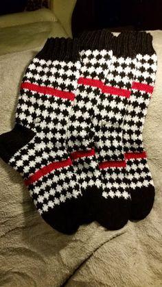 Woolen Socks, Knitting Socks, Knit Socks, Knit Or Crochet, Knitting Projects, Color Combos, Mittens, Cross Stitch, Stockings