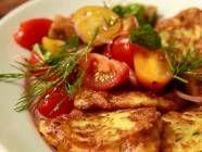 Einfach lecker: Zucchinipuffer mit buntem Tomatensalat - BRIGITTE