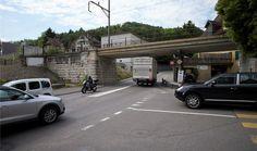 Zürich malt 50 cm breite Streifen für Velofahrer auf die Strasse. So etwas sollte es auch hier geben, finden Politiker.