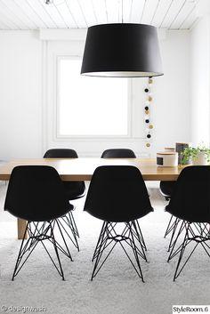 keittiö,ruokapöytä,musta tuoli,klassikko,ruokailutila