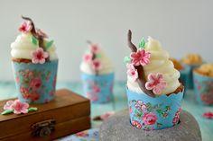 I cupcake primavera sono delle deliziose ed eleganti tortine preparate con farina di mandorle perfette per festeggiare l'arrivo di una delle stagioni più belle dell'anno.