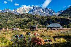 Refugio Dickson com as montanhas ao fundo (Guia Torres del Paine)
