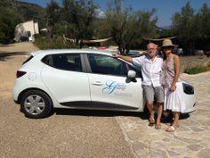 Juste avant son départ, Nadine et Jean-Yves posent devant la voiture de Jérôme portant les couleurs de Guest & Strategy ;)