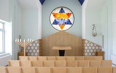 Die kleine Synagoge in einem Nebenraum des Synagoge Beit Tikwa mit einem großen Rundfenster auf dem ein Davidstern dargestellt wird. Mehr zur Symbolik und zur Farbgebung finden Sie in unserem bald erscheinenden Buch zum Umbau der Synagoge.
