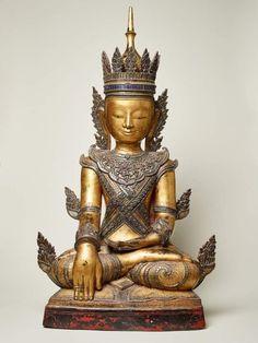 Lot : SITZENDER GEKRÖNTER BUDDHA - Lacktechnik mit Farben und Vergoldung. Burma, spätes[...]   Dans la vente Art d'Asie à Galerie Zacke