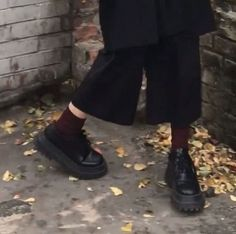 Mode Style, Style Me, Marla Singer, Looks Cool, Aesthetic Pictures, Karl Lagerfeld, Aesthetic Clothes, Light In The Dark, All Black Sneakers