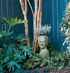 An eye-catching element like this classical bust planter boosts the personality of the courtyard garden.