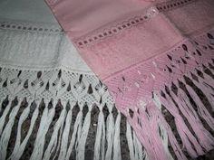 Toalha de lavabo para bordar com Barra em Macramé O modelo da barra é o mesmo mostrado na foto Cores: Rosa ou branca * Toalha  Casa In (Karsten) Preço: R$ 20,00 + frete R$ 20,00