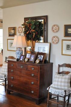 Entryway Hallway Decor 33 English Country Decor Look Neat And Elegant For You To Make An Inspiration Home Decor Trends, Home Decor Inspiration, Decor Ideas, Decoration Pictures, Foyer Ideas, Room Ideas, Dresser In Living Room, Antique Living Rooms, English Country Decor