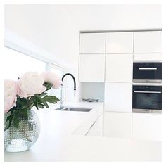 Modern white and calm kitchen at the home of @cathrinehenden #manobykvik…