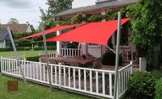 Terrasse en bois agrémentée de 2 voiles d'ombrage Umbrosa rectangulaires de 3 x 4 mètres. Installation par COTE TERRASSE