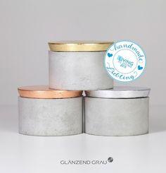 """*""""Grau Plus""""* ist eine Serie an Betongefäßen mit unterschiedlich farbigen Holzdeckeln.   Diese Dosen haben funkelnde Deckel die einen tollen, glänz..."""