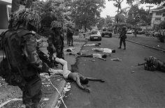 Soldados+estadounidenses+durante+la+Invasión+estadounidense+de+Panamá+de+1989,+los+cuerpos+en+la+calle+son+civiles