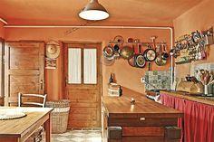 Dveře zůstaly po odstranění několika vrstev barvy zachovalé a stále dobře slouží