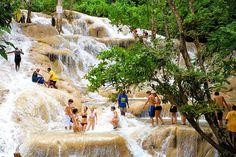 Jamaika: Dunn's River Falls lähellä Ocho Riosia. Trooppisen sademetsän ympäröimänä vesi valuu alas kalliotasanteita pitkin 180 metrin verran. Seikkailunhaluiset voivat kiivetä ylös putouksen tasanteita.  http://www.finnmatkat.fi/Lomakohde/Jamaika/Ocho-Rios/?season=talvi-13-14 #Finnmatkat