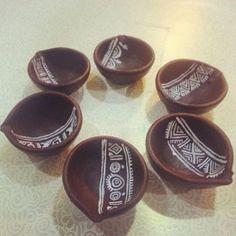 Simple diya decoration ideas for Diwali Browse beautiful diya images online on HappyShappy! Also find and save decorative diyas design photos for competition in school. Diwali Diya, Diwali Craft, Diwali Gifts, Diwali 2018, Diya Decoration Ideas, Diy Diwali Decorations, Festival Decorations, Pottery Painting Designs, Pottery Designs